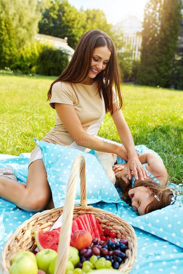 Moder och dotter som har gyckel i park familj som leker utomhus royaltyfri foto