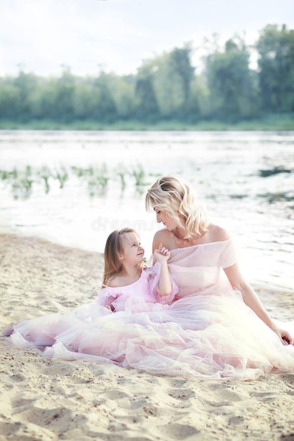 Moder och dotter som har utomhus- mjuka ögonblick Mum som tycker om tid med hennes unge i semesterferie Familjlivsstil, lopp, f arkivbilder