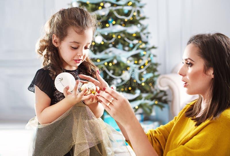 Moder och dotter som rymmer exponeringsglasbollar royaltyfria foton