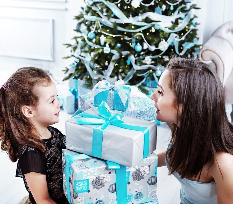 Moder och dotter som rymmer massor av gåvaaskar royaltyfria foton
