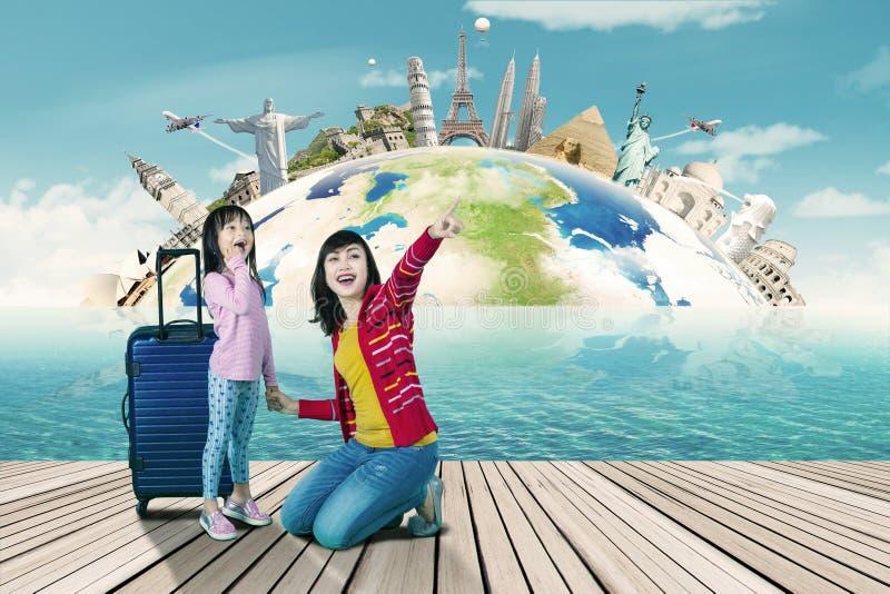 Moder och dotter som ser världsmonument royaltyfria foton