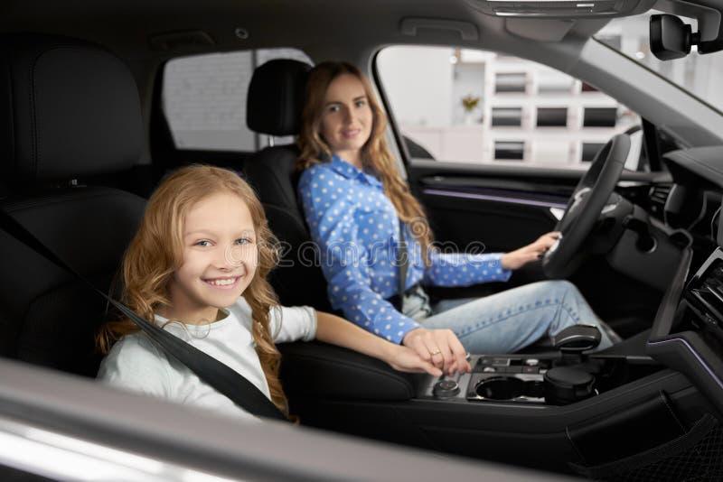 Moder och dotter som sitter främsta platser av den nya automatiskn arkivfoto