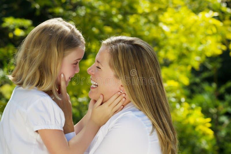 Moder och dotter som tillsammans delar ett ögonblick utomhus royaltyfri fotografi
