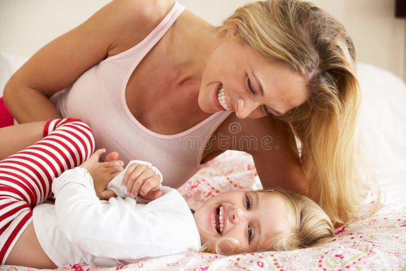 Moder och dotter som tillsammans kopplar av i underlag royaltyfri fotografi