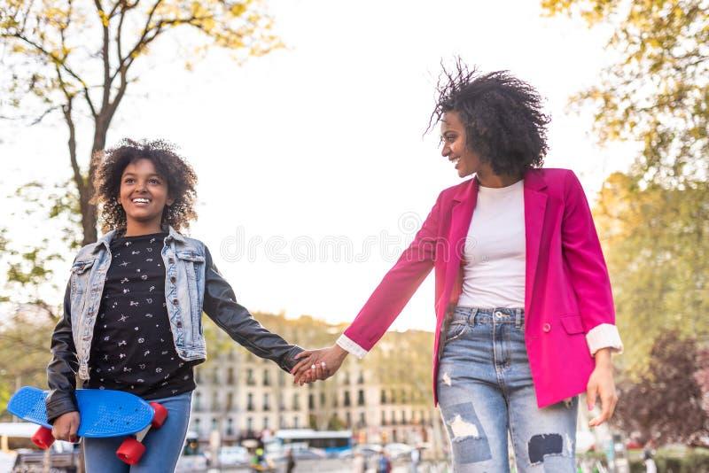Moder och dotter som tillsammans utomhus g?r fotografering för bildbyråer