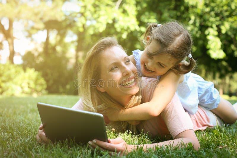Moder och dotter utomhus i en äng Moder med hennes daught royaltyfri fotografi