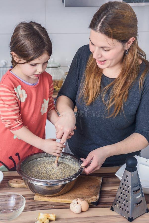 Moder- och dotterbakning bakar ihop i köket arkivbilder