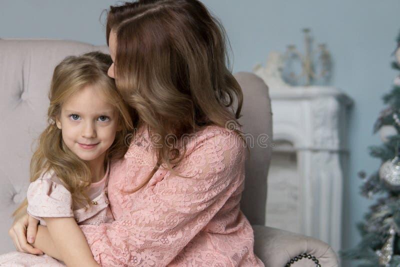 Moder- och dotterfritid tillsammans som är hemmastadd i vardagsrummet fotografering för bildbyråer