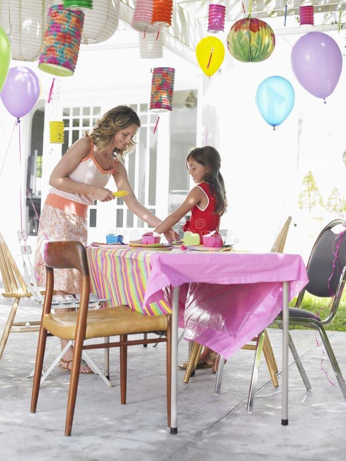 Moder- och dotterinställningstabell för födelsedagparti royaltyfri fotografi