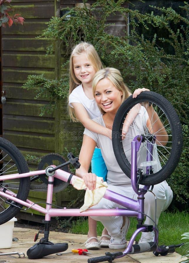 Moder- och dotterlokalvård cyklar tillsammans arkivbilder