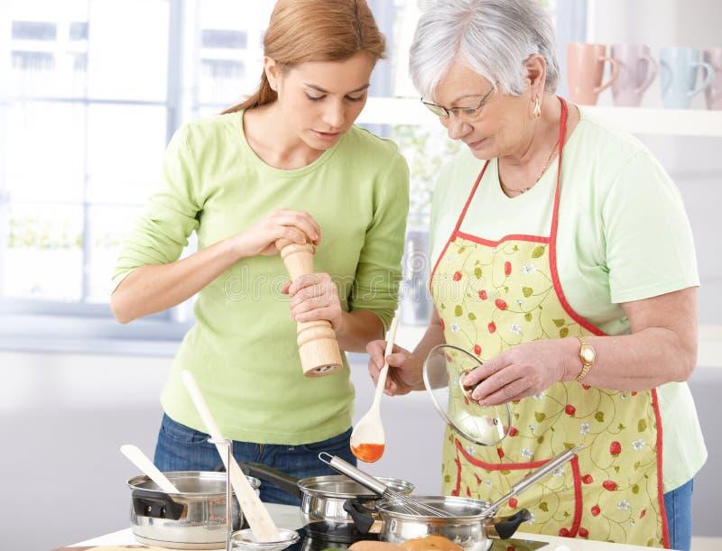 Moder- och dottermatlagning tillsammans royaltyfri bild