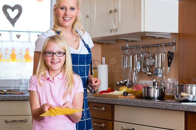 Moder- och dottermatlagning tillsammans fotografering för bildbyråer