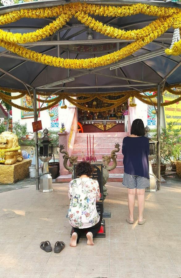Moder- och dotterpryrespekt till Buddha arkivfoto