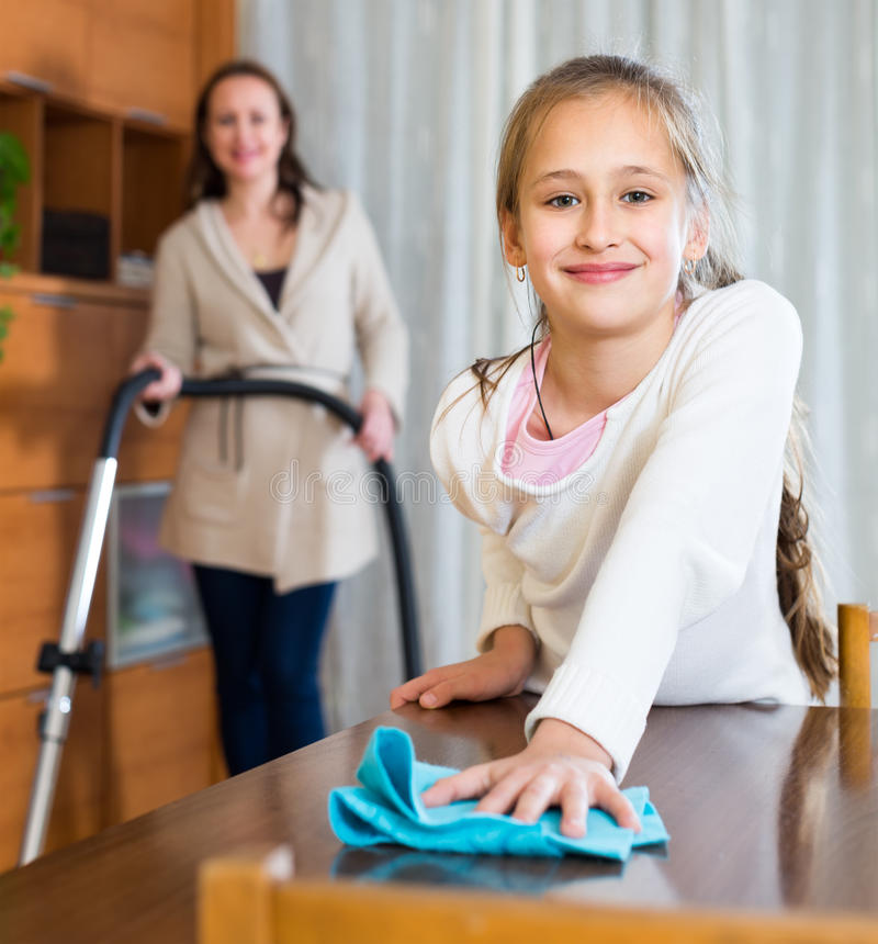 Moder- och dotterrengöringhus fotografering för bildbyråer