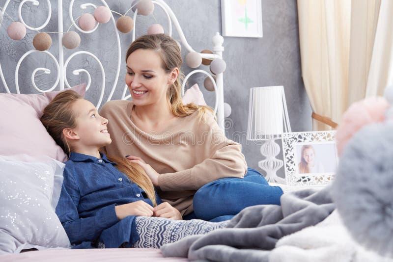 Moder- och dottersamtal royaltyfri foto
