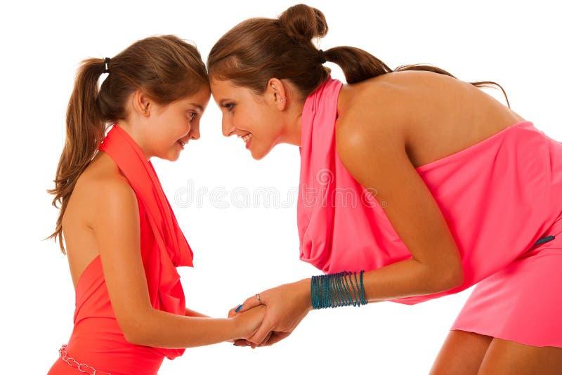 Moder- och dottersamtal som isoleras över vit bakgrund arkivfoton