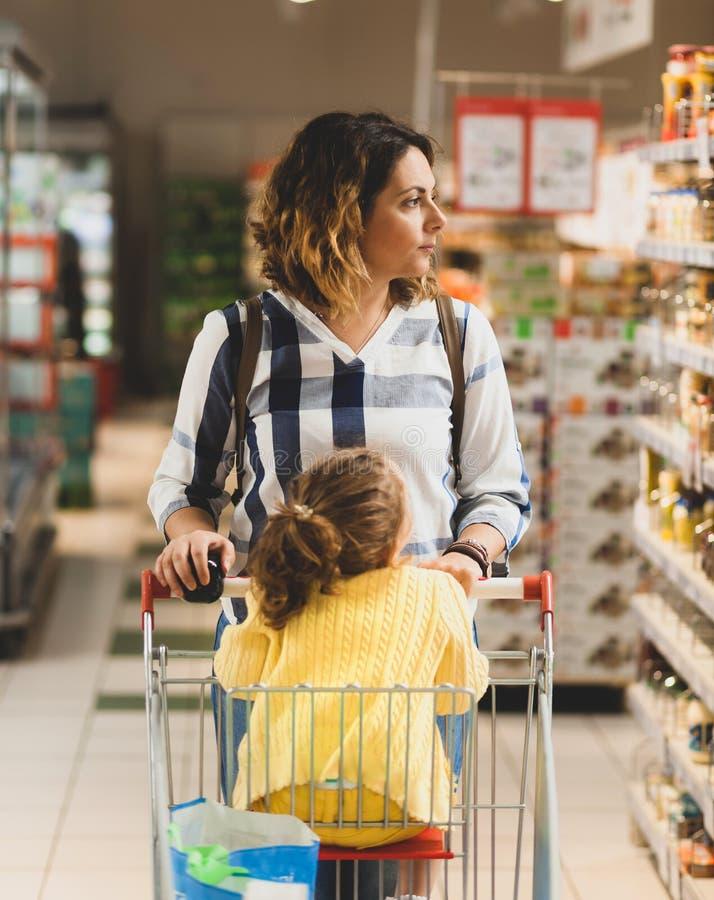 Moder- och dottershopping för livsmedel i supermarket royaltyfri fotografi