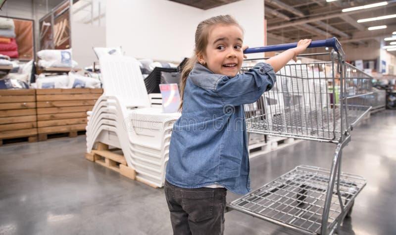 Moder- och dottershopping i supermarket som v?ljer produkter royaltyfri bild