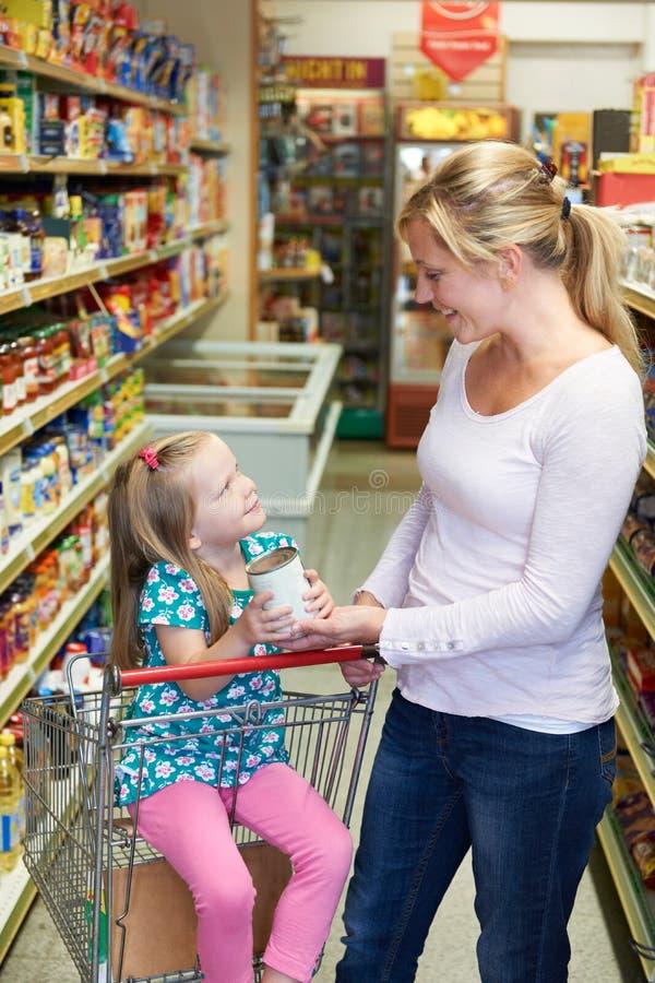 Moder- och dottershopping i supermarket tillsammans arkivfoto