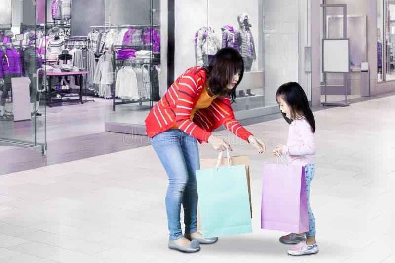 Moder- och dottershopping tillsammans fotografering för bildbyråer