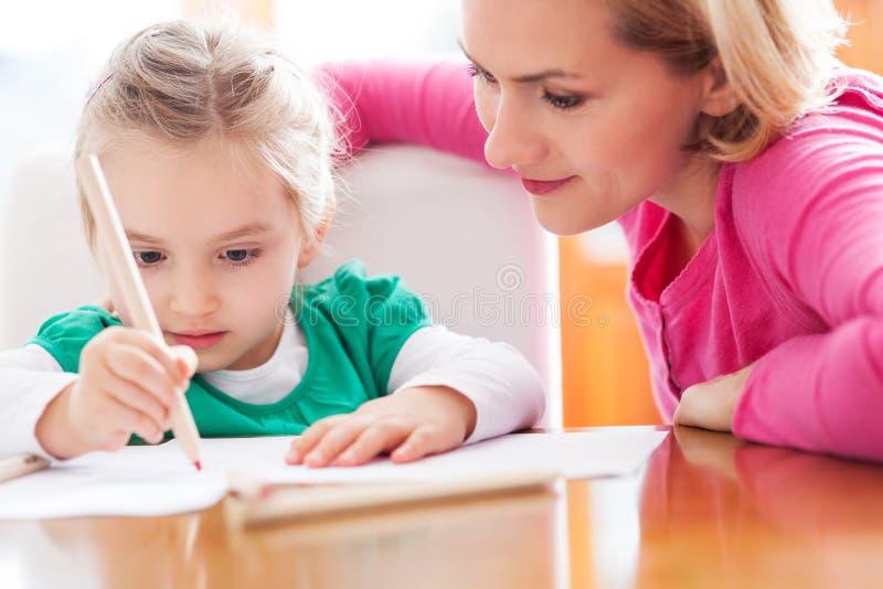 Moder- och dotterteckning royaltyfria foton