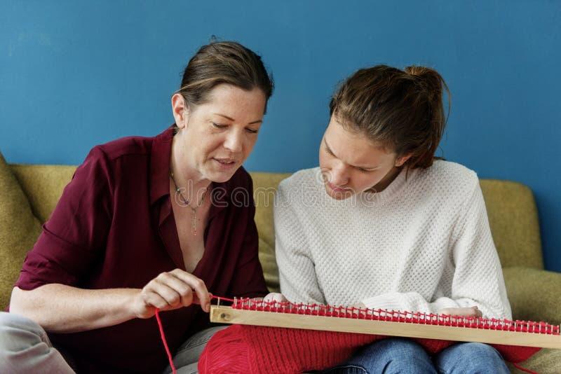 Moder- och dottertid på soffan fotografering för bildbyråer
