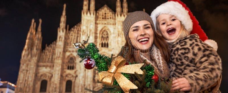 Moder- och dotterturister som visar julgranen i Milan royaltyfria foton