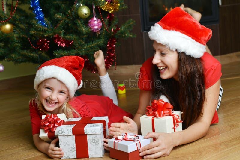 Download Moder och henne dotter fotografering för bildbyråer. Bild av inre - 27285319