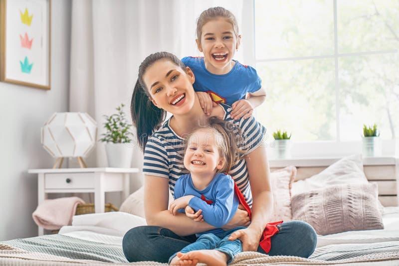 Moder och hennes barn som tillsammans spelar royaltyfria foton