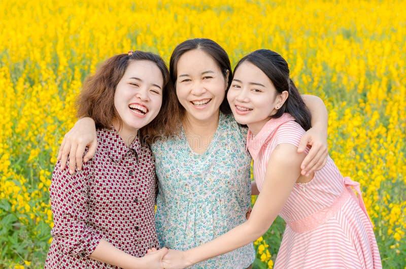Moder och hennes dotter på blommafältet royaltyfria foton
