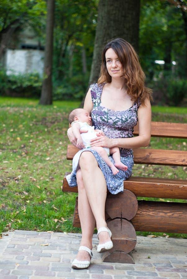 Moder och hennes nyfödda son arkivbild