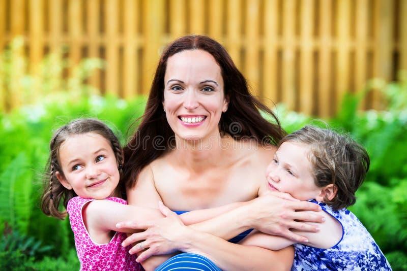 Moder och hennes två döttrar tillsammans fotografering för bildbyråer