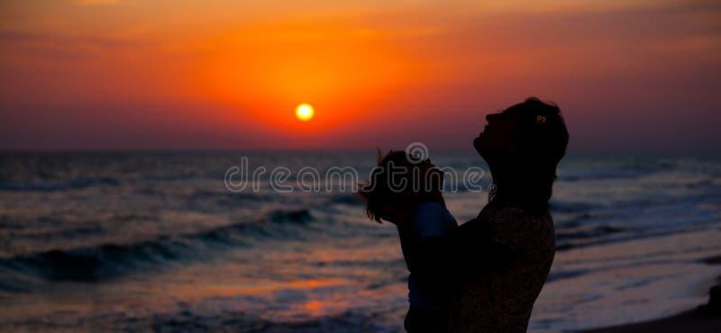 Moder och lilla sonsilhouettes arkivfoton