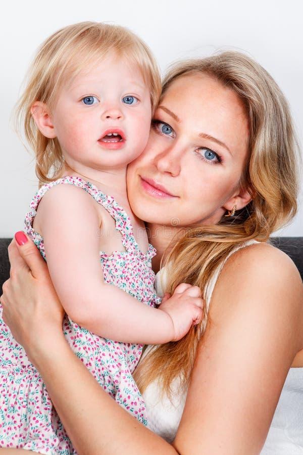 Moder och lite flicka fotografering för bildbyråer