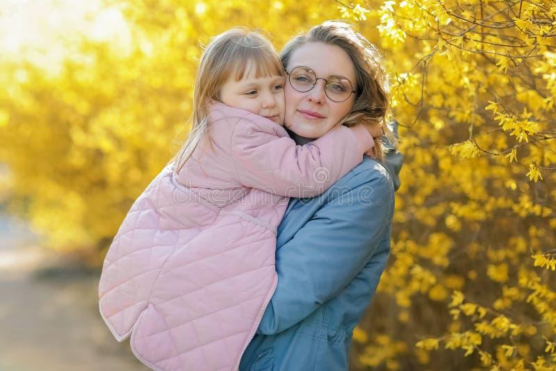 Moder och liten dotter som tillsammans spelar i en parkera fotografering för bildbyråer