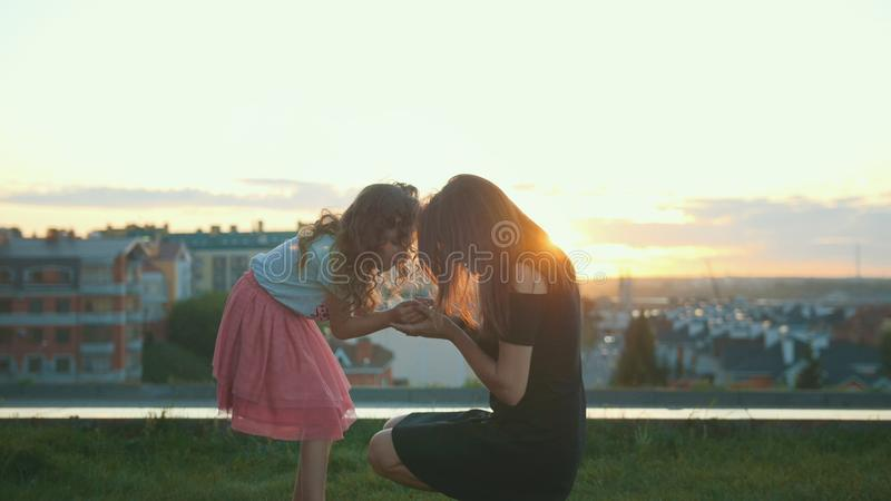 Moder och små för dotter damfel tillsammans - flickan visar kryp - för mamma royaltyfria bilder