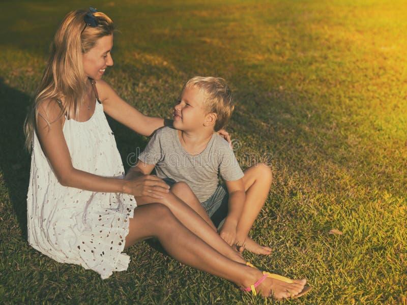 Moder och son i en sagolik trädgård royaltyfria foton