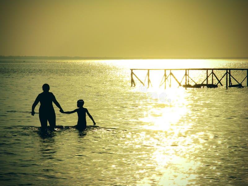 Moder och son i havet royaltyfri fotografi
