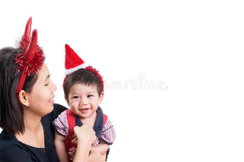 Moder och son med huvudbindeljul på vit bakgrund royaltyfria bilder