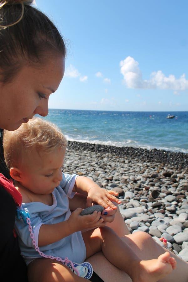 Moder och son på en strand royaltyfri bild