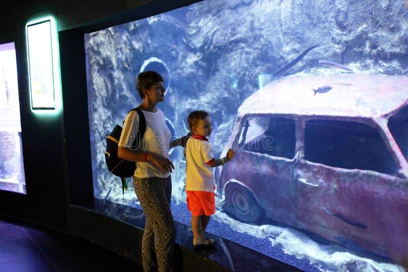 Moder och son på oceanariumen arkivbild