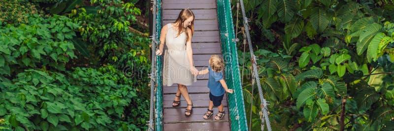 Moder och son på upphängningbron i Kuala Lumpur, Malaysia BANER, LÅNGT FORMAT arkivfoton