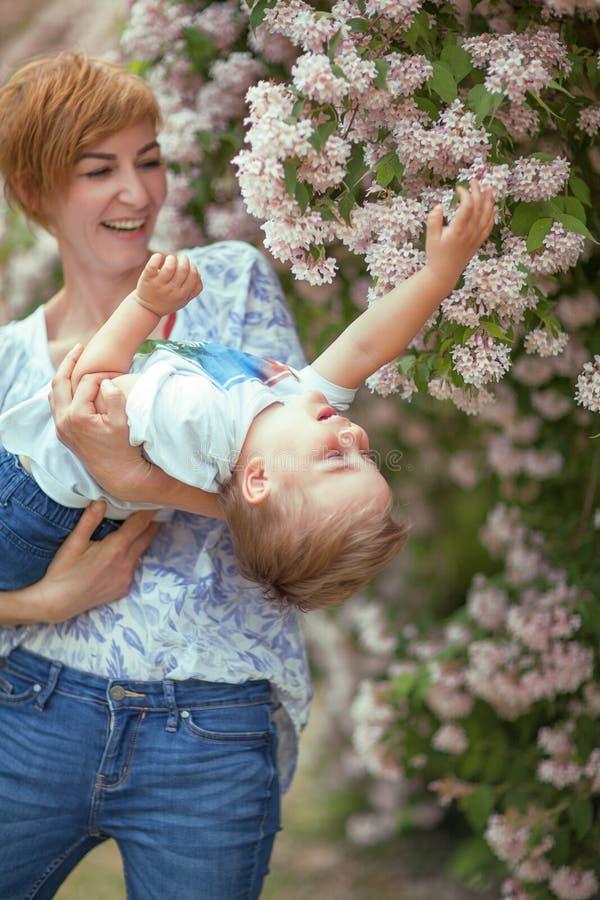 Moder och son som har gyckel tillsammans, fniss, lyckligt och le arkivbild