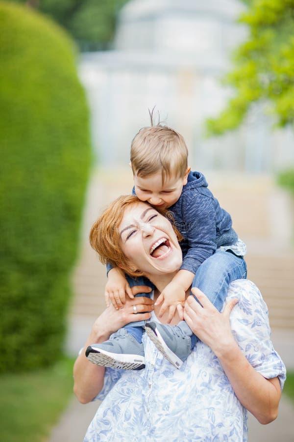 Moder och son som har gyckel tillsammans, fniss, lyckligt och le royaltyfria foton