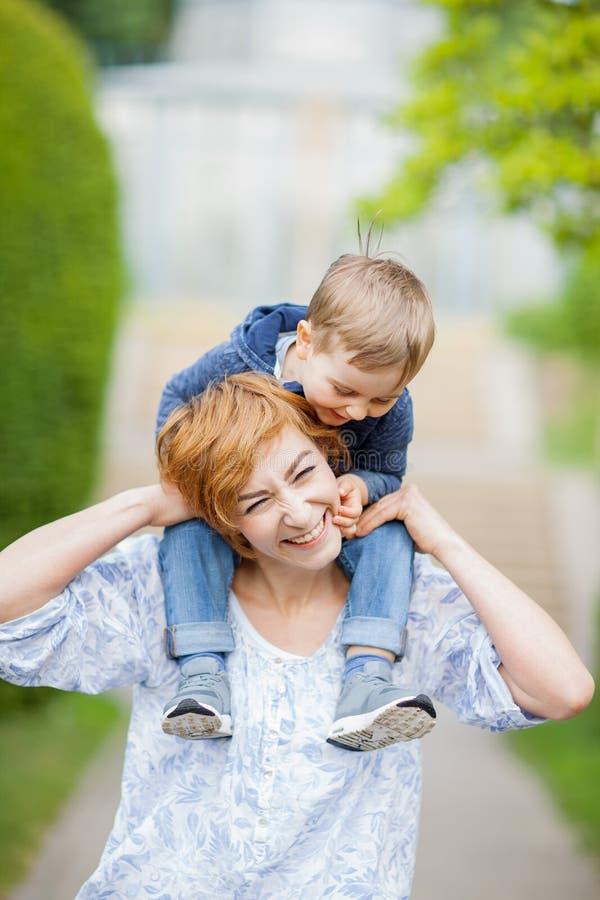 Moder och son som har gyckel tillsammans, fniss, lyckligt och le royaltyfri fotografi