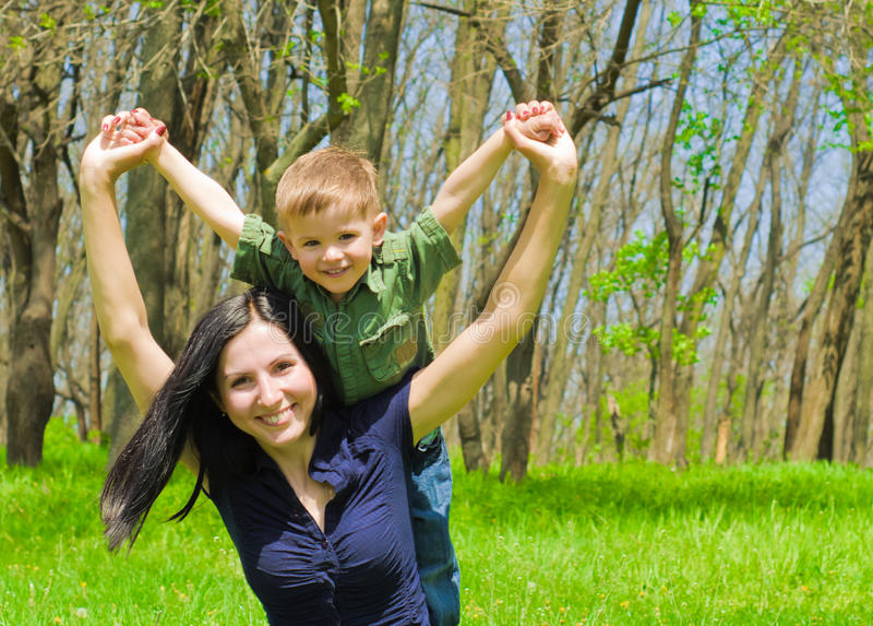 Moder och son som har roligt utomhus arkivfoto