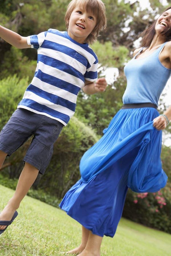 Moder och son som spelar i CountrysideTogether royaltyfri bild