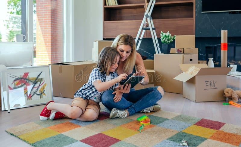 Moder och son som spelar minnestavlan arkivfoton
