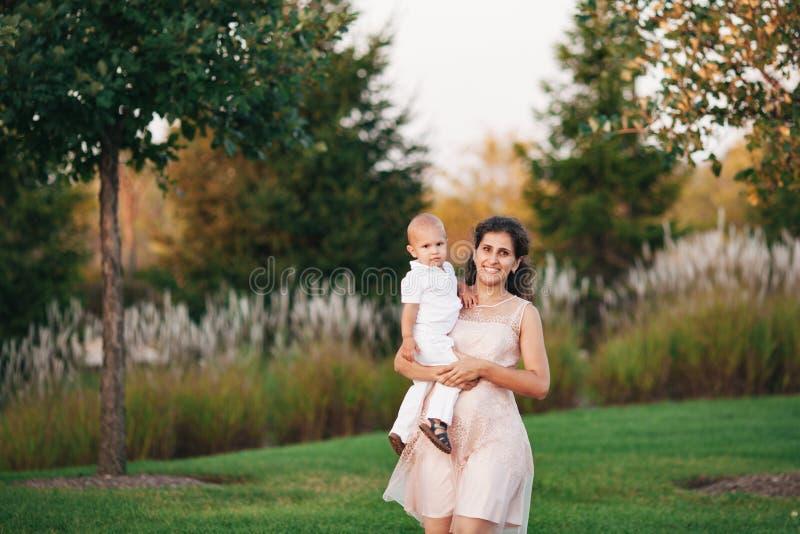 Moder och son som spelar nära sjön royaltyfri fotografi