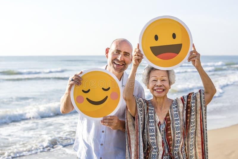 Moder och son som tycker om på stranden royaltyfri bild